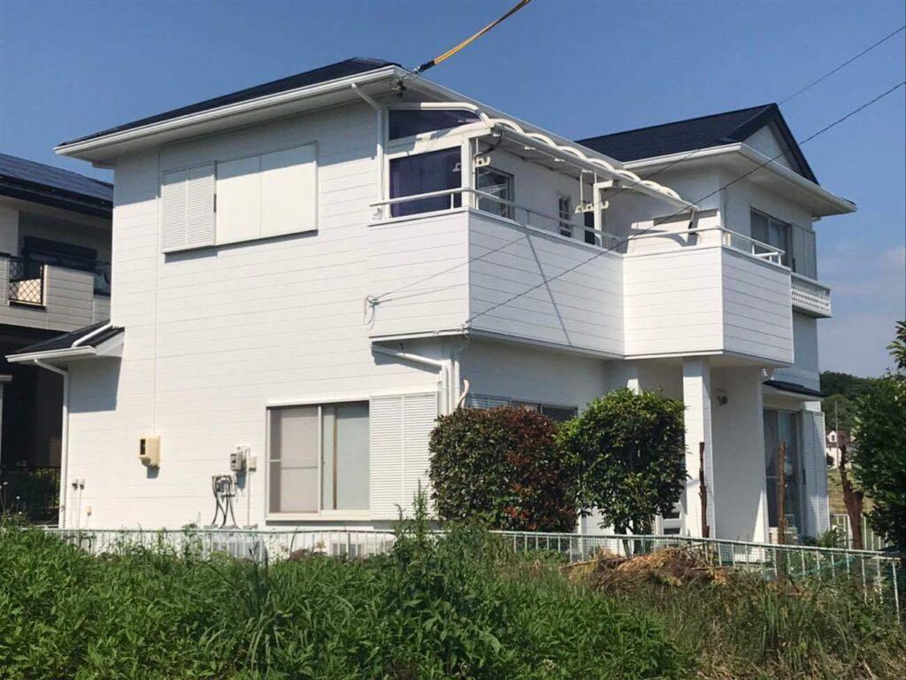 ホワイトと基調とした外壁・スレート屋根を塗装で耐久性UP