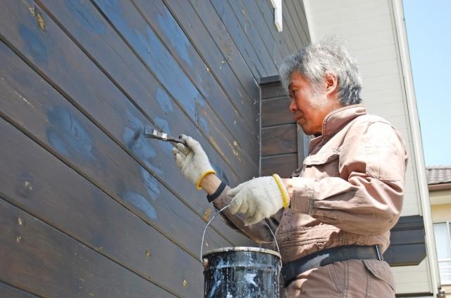 なぜ外壁塗装の色褪せが起こるの?色褪せの原因と対策方法!